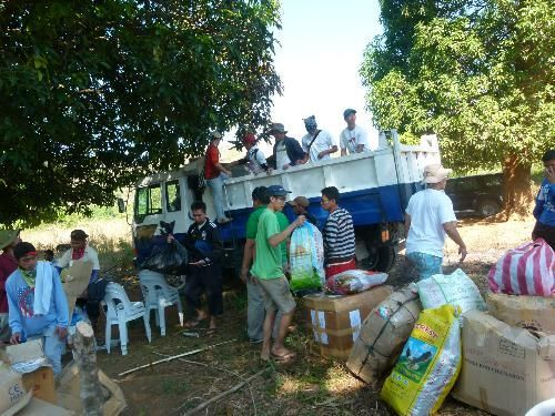 Unlodaing-the-things-in-a-Mangyan-Villageresized