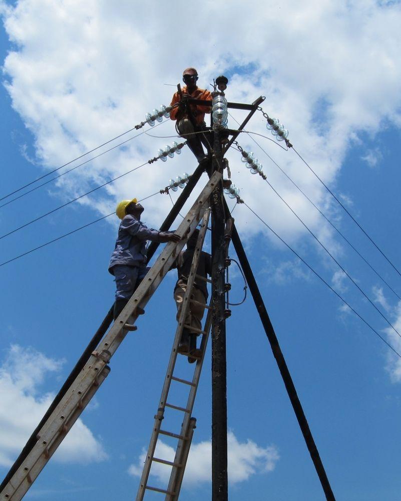 1024Les-electriciens-travaillent-sur-la-ligne-de-basse-tension